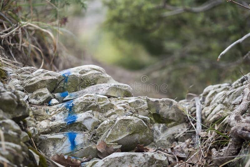 Marquant l'itinéraire de touristes peint sur la pierre Signe d'itinéraire de voyage Saison de l'automne photos stock