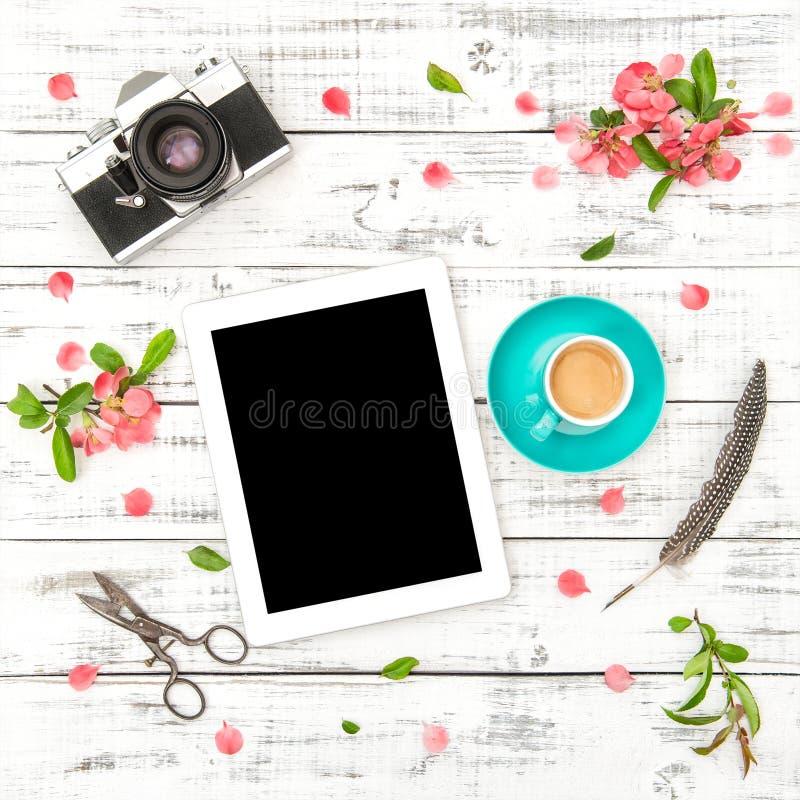 Marque a configuração do plano da mola das flores do rosa do café da câmera da foto do PC imagens de stock