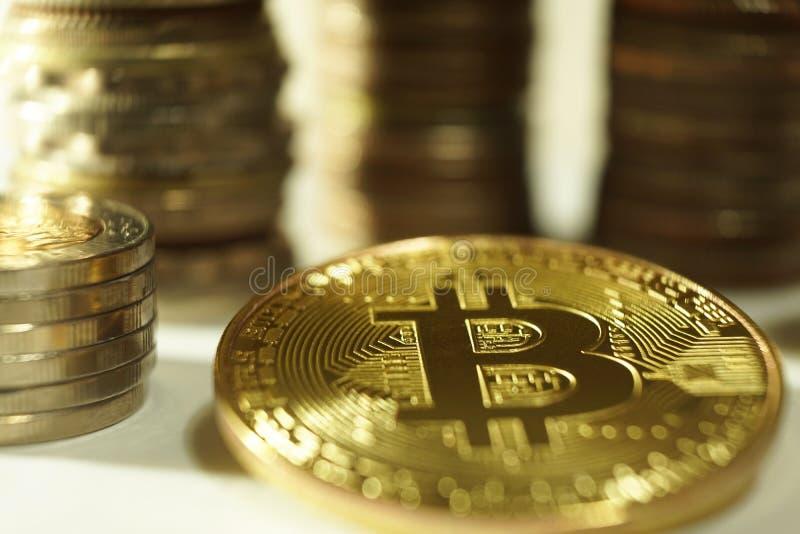 Marque de Bitcoin avec d'autres piles nationales de pièce de monnaie photo libre de droits