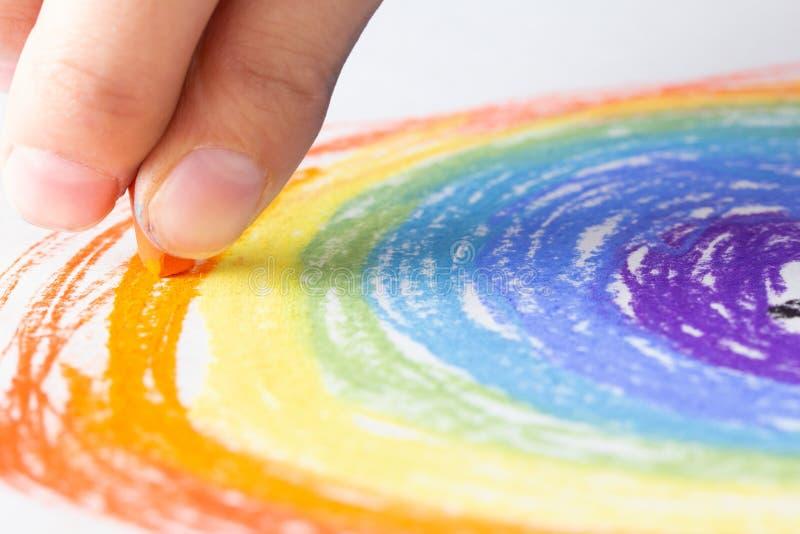 Marque el arte con tiza en el fondo del papel y el arco iris del dibujo, creativos fotografía de archivo libre de regalías