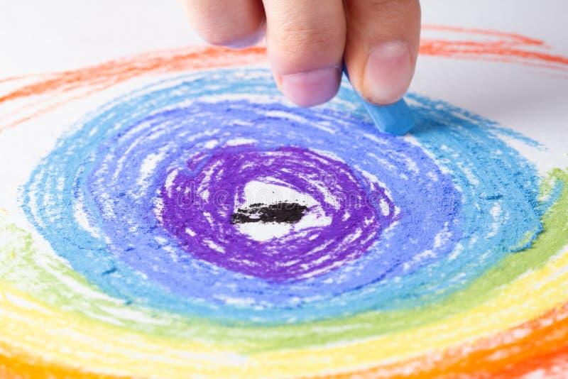 Marque el arte con tiza en el fondo y el arco iris del dibujo, creyón del papel foto de archivo