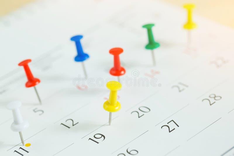 Marque el día del acontecimiento con un perno Chincheta en el concepto del calendario para la cronología ocupada organizar imagen de archivo