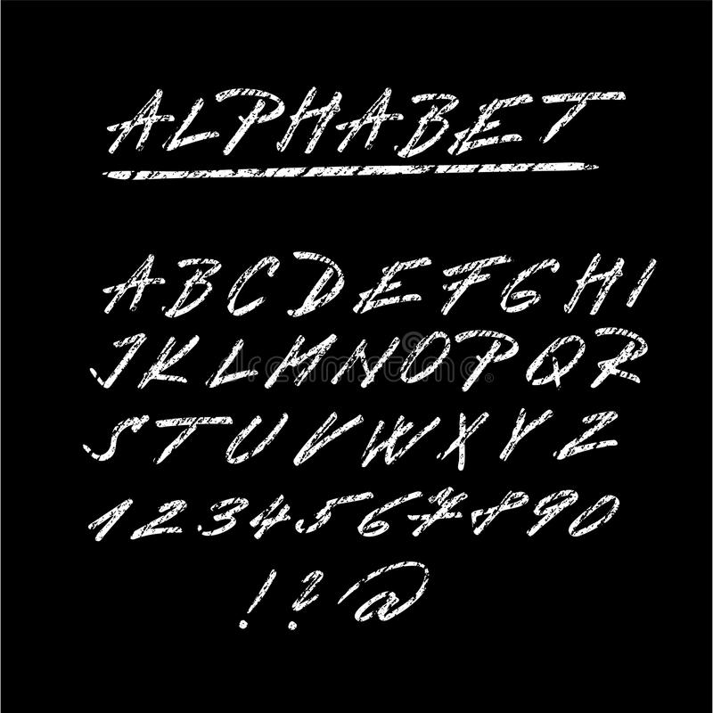Marque la fuente bosquejada, las letras aisladas del alfabeto y los números con tiza stock de ilustración