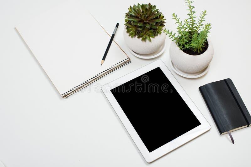 Marque o modelo e os materiais de escritório no fundo branco do tabletop fotografia de stock