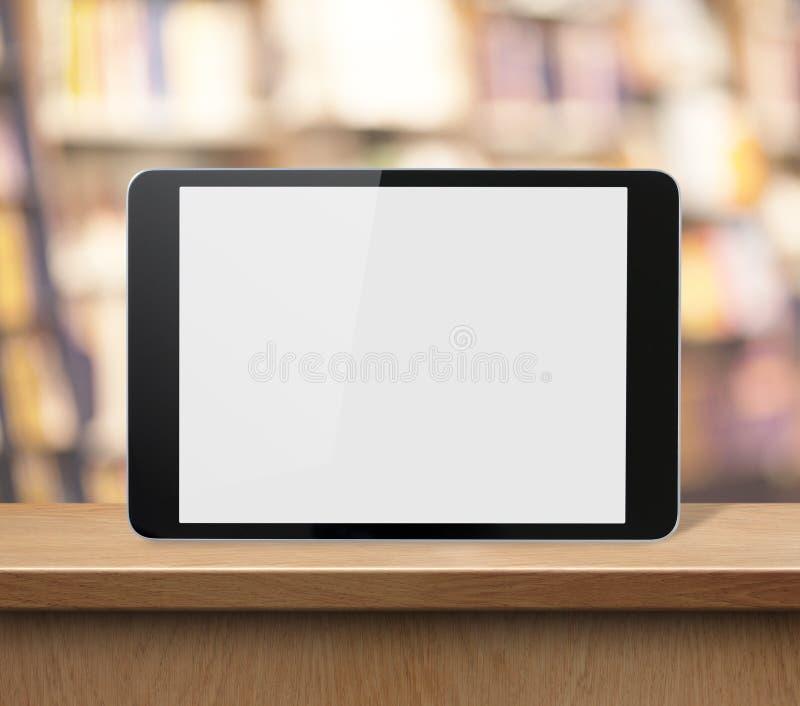 Marque o PC na prateleira de madeira nas livrarias ou na biblioteca foto de stock