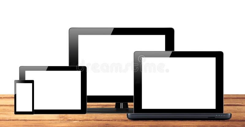 Marque o PC, o telefone celular e o computador na tabela de madeira foto de stock