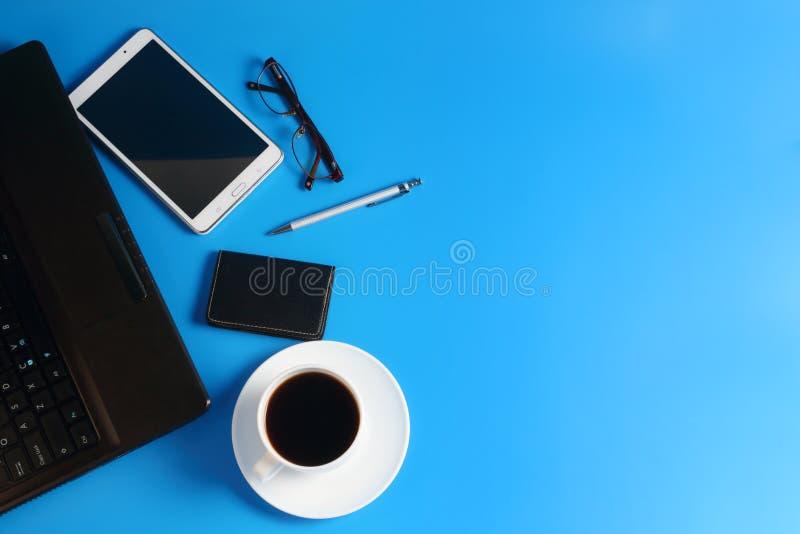 Marque o PC, o portátil, a pena, os vidros e o copo com café preto imagens de stock