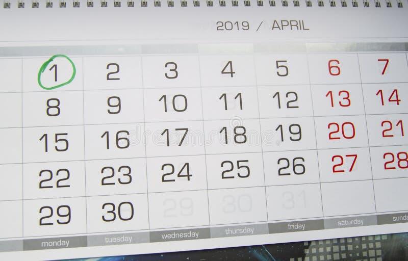 Marque um círculo na data de calendário do 1º de abril, a festa do dia do tolo, riso, humor, gracejos foto de stock