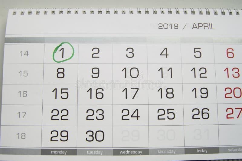 Marque um círculo na data de calendário do 1º de abril, a festa do dia do tolo, riso, humor, gracejos imagem de stock royalty free