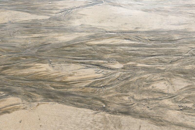 Marques d'ondulation sur la plage de sable photos stock