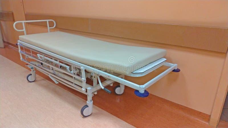 Marquesa ou maca rodada no corredor do hospital Corredor longo no hospital com transporte cirúrgico fotos de stock royalty free