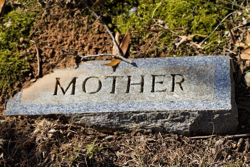 Marqueur de pierre tombale de granit de mère photographie stock libre de droits