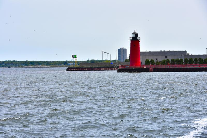 Marqueur de port de Milwaukee où la rivière de Milwaukee entre dans le lac Michigan photographie stock libre de droits