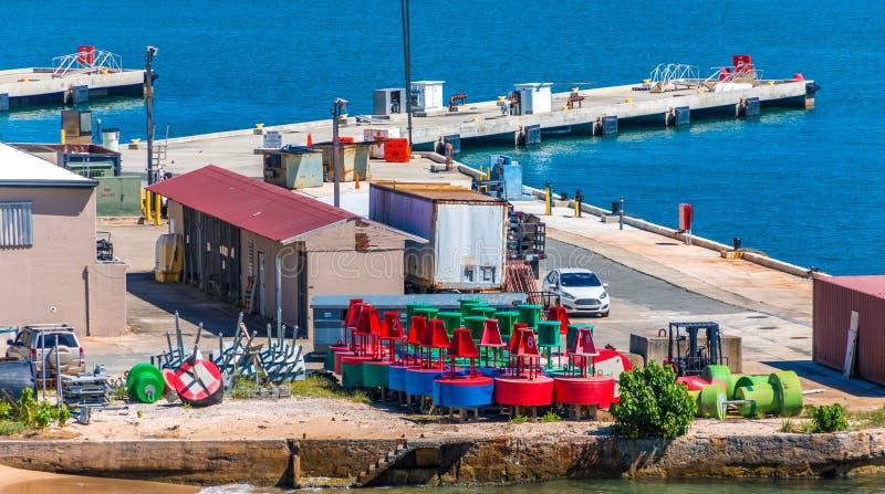 Marqueurs de la Manche sur le pilier image stock
