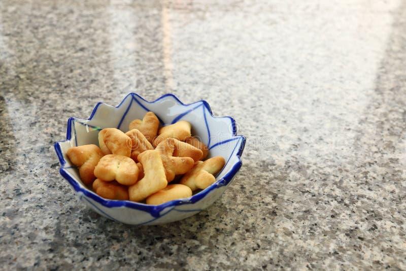 marquez avec des lettres les biscuits avec la cuvette en céramique sur la table de marbre images libres de droits
