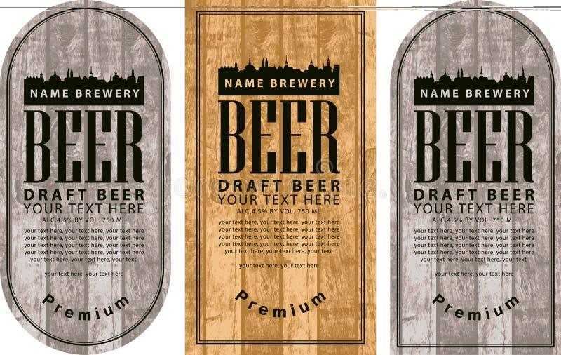 Marquez la bière avec la vieille ville sur le fond en bois illustration libre de droits