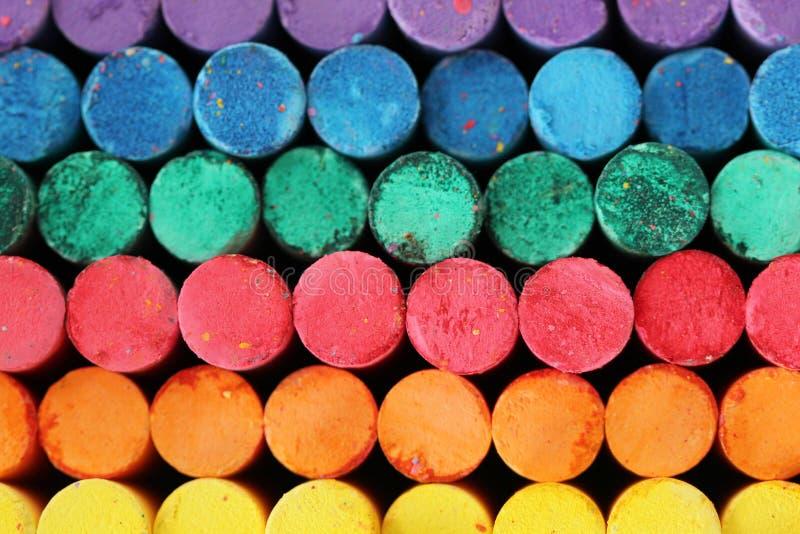 Marquez la couleur à la craie multi de bâtons pourpre, vue de face bleue, verte, rouge, orange, jaune photos libres de droits