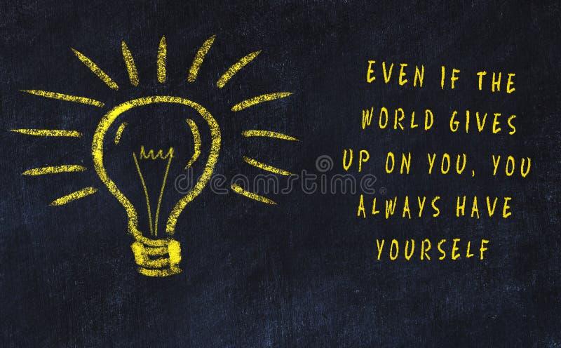 Marquez le dessin à la craie de l'ampoule et de l'inscription au sujet de l'art et de la créativité illustration libre de droits
