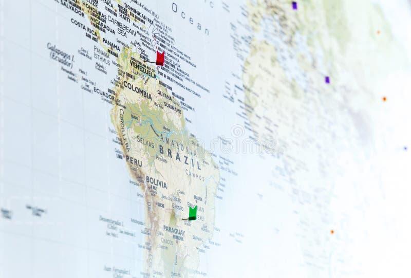 Marquez les goupilles sur la carte du monde avec le foyer sur l'Amérique du Sud photographie stock libre de droits