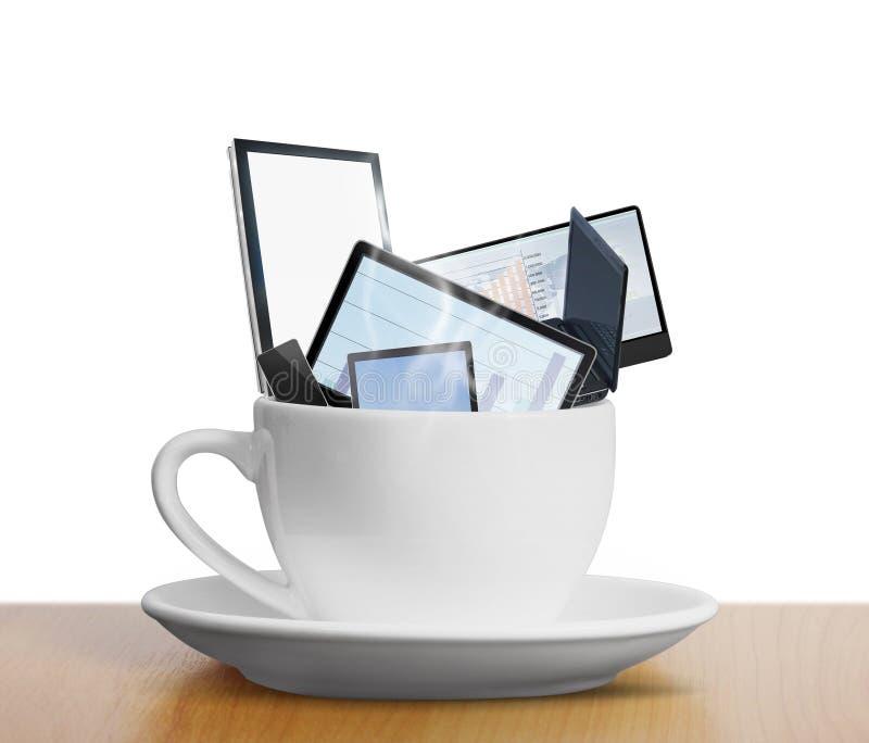 Marquez sur tablette l'instrument d'ordinateur de contact dans la tasse de café photographie stock libre de droits
