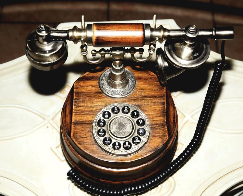 Marrón de madera redondo del dial viejo antiguo del teléfono imagenes de archivo