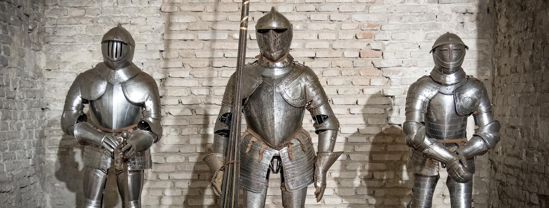 Marrón horizontal de la pared de ladrillo de la armadura del metal de acero medieval del caballero fotos de archivo