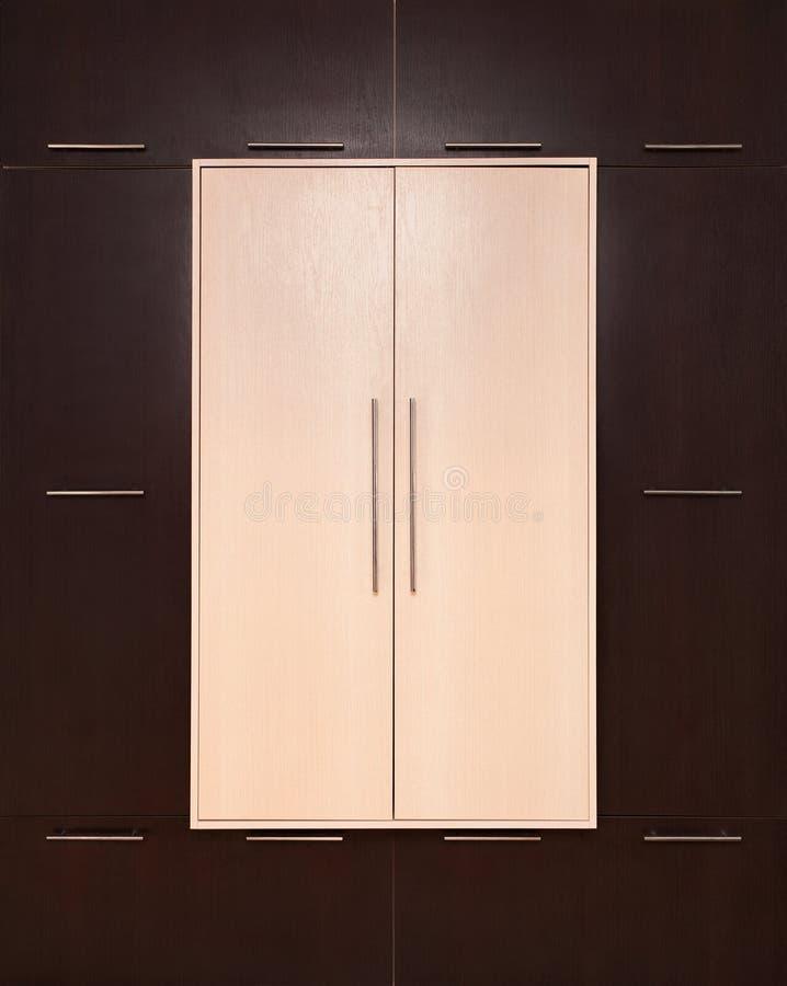 marrón y beige Guardarropa de madera moderno cerrado fotografía de archivo