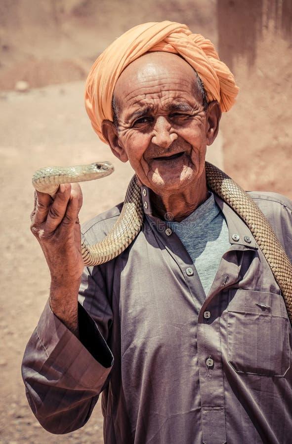 MARRAKECH, МАРОККО, ИЮНЬ 2016: заклинатель змей стоковые фотографии rf