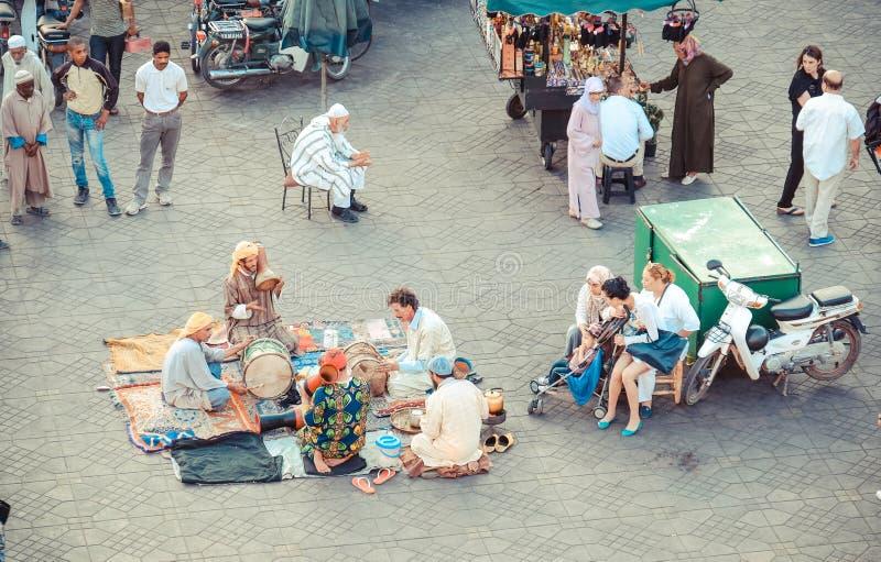 MARRAKECH, МАРОККО, ИЮНЬ 2016: традиционные певицы играя в th стоковые фотографии rf