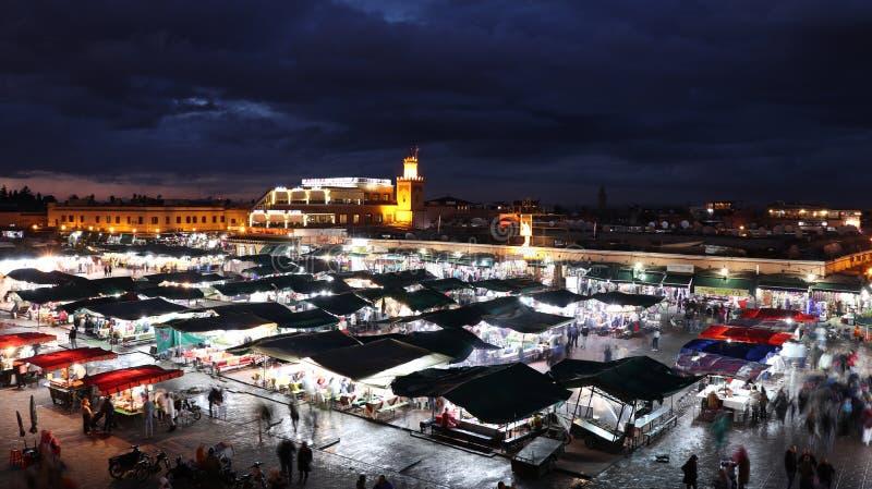 Marrakech Jamaa el Fna marknad i natten arkivfoton
