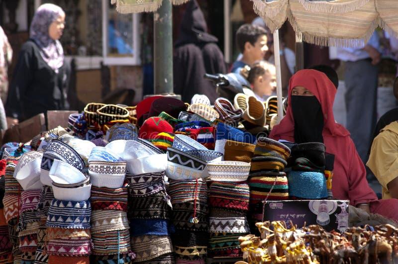 MARRAKECH MAROCKO SEPT 9TH: En kvinna som säljer hattar på September 9 royaltyfri foto