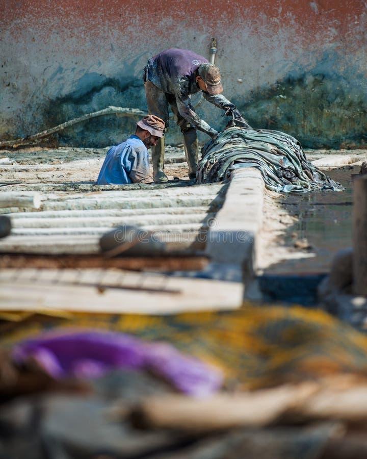 MARRAKECH, MAROKKO - Februari 2012 - Arbeiders in de looierij souk van wevers, oude medina stock afbeelding