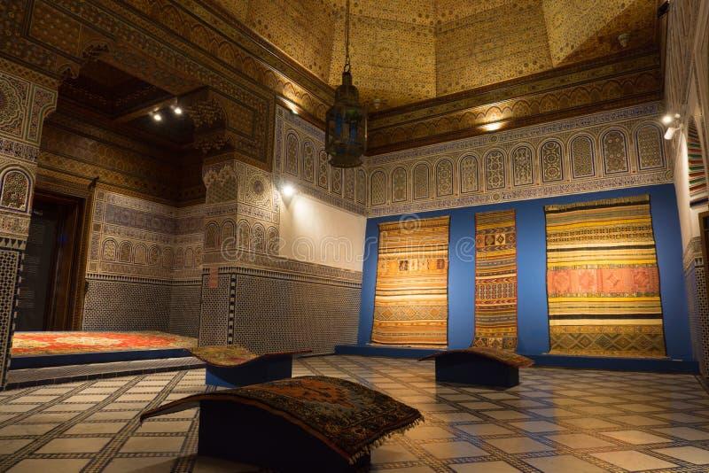 MARRAKECH, MAROKKO - 20 JANUARI: Marokkaans architectuur traditioneel Arabisch ontwerp - Rich Riyad Dar Si Said-mozaïekbinnenlan stock afbeeldingen