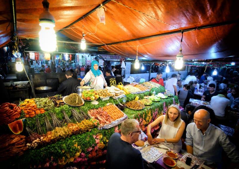 MARRAKECH, MAROKKO, JUNI 2016: de oude winkel van het straatvoedsel in Jama-el-F royalty-vrije stock foto's