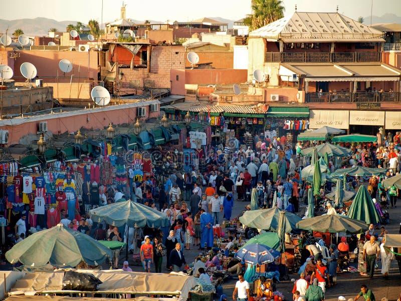 Marrakech Marokko - mensen in vierkant Gr-Fnaa stock afbeeldingen