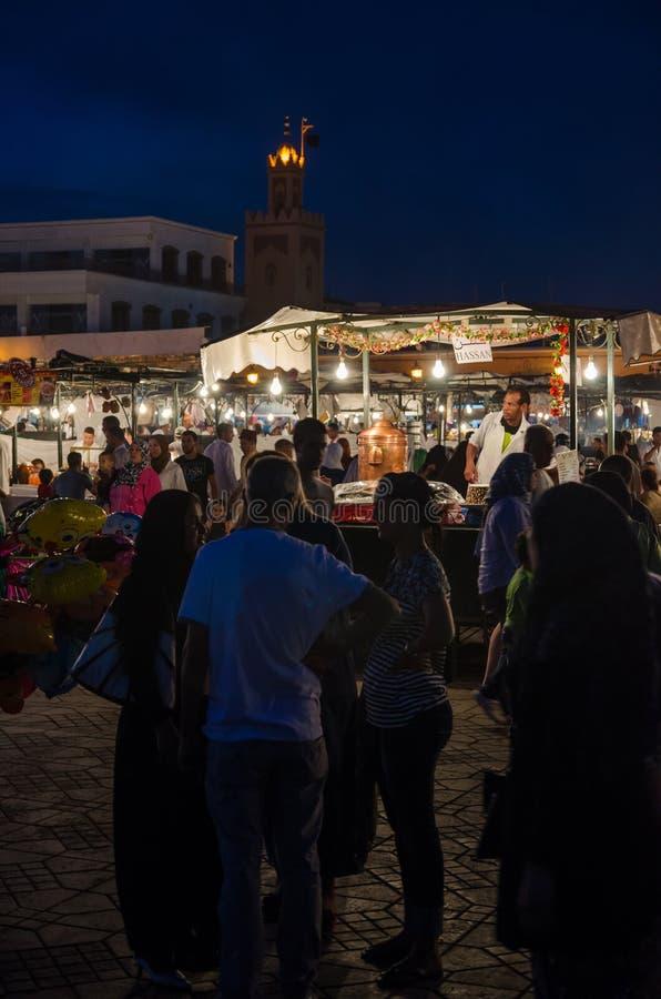 Marrakech, Marokko - September 05 2013: Het voedsel bevindt zich met rook en licht op het beroemde vierkant van Jamaa Gr Fna in a royalty-vrije stock foto