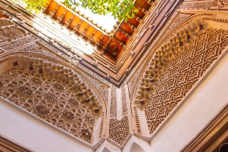 Marrakech Maroko, Listopad, - 10, 2018: Wśrodku wnętrza lokalizować w Daru Menebhi pałac Marrakech muzeum obrazy royalty free
