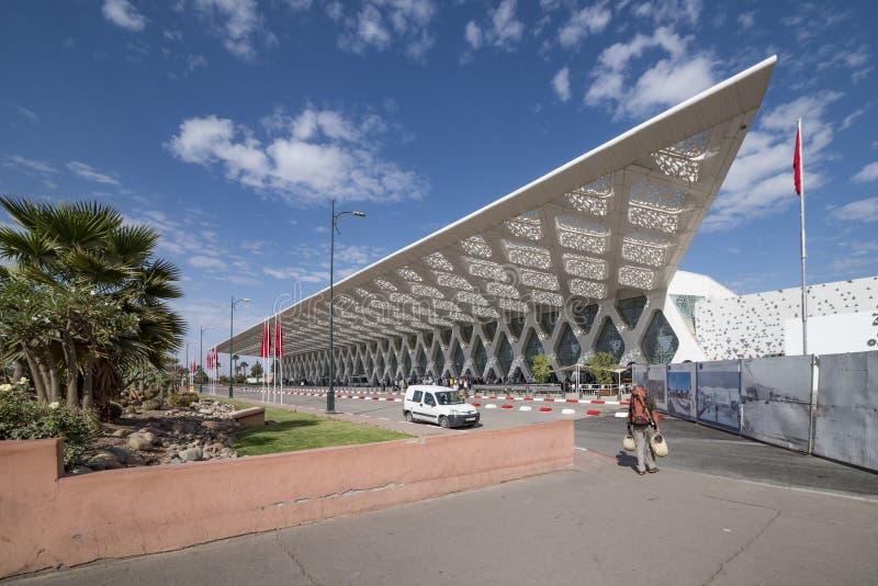Marrakech, Maroko, 3rd Listopadu 2016 niedawno budujący architektoniczny lotniskowy budynek widok, Marrakech, z jaskrawym niebies fotografia royalty free