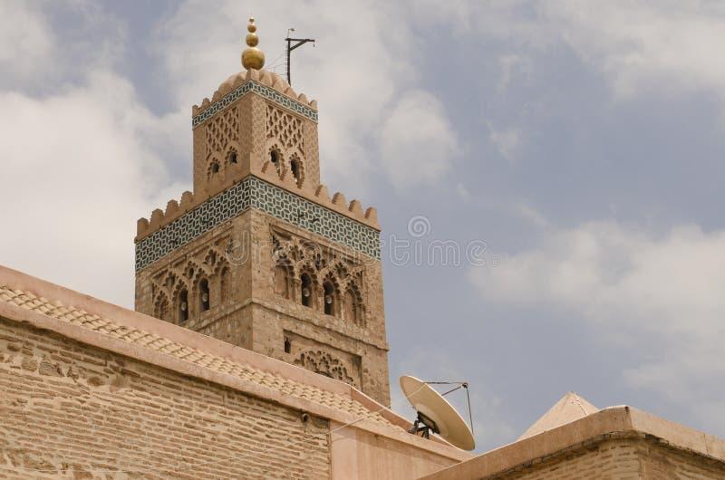 Marrakech moské med den satellit- maträtten fotografering för bildbyråer
