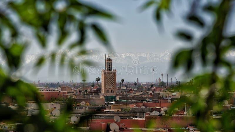 In Marrakesch durch emporragen lizenzfreie stockbilder