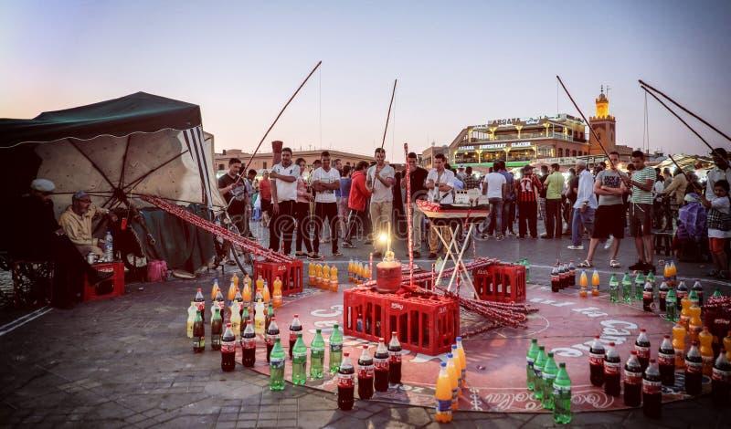 MARRAKESCH, MAROKKO, IM JUNI 2016: Leute, die traditionelle Spiele spielen stockfotos