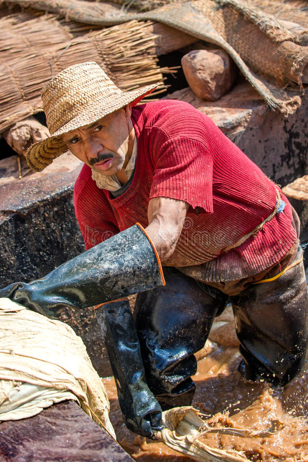MARRAKESH, МАРОККО - февраль 2012 - портрет работника дубильни, старой части medina Marrakesh стоковое изображение rf