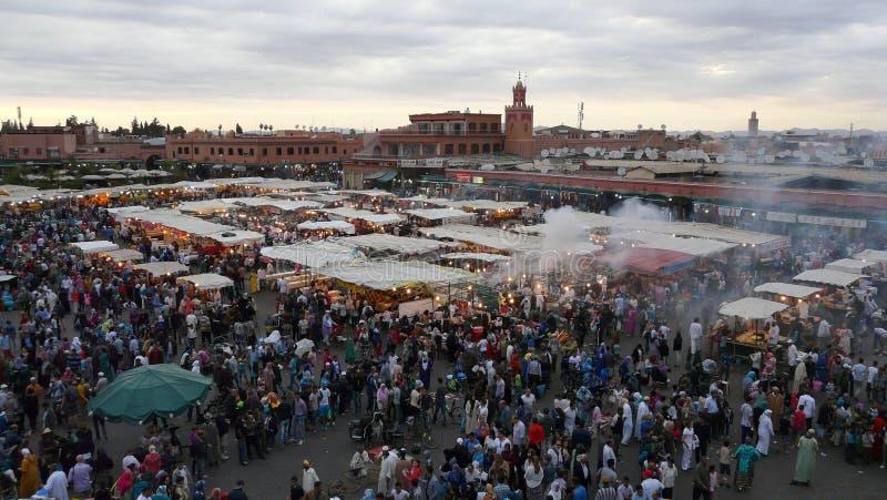 Marrakesh, Marocco - 20 aprile di 2014: Vista principale del quadrato di EL Fna di Djemaa, un posto riconosciuto dall'Unesco immagine stock libera da diritti