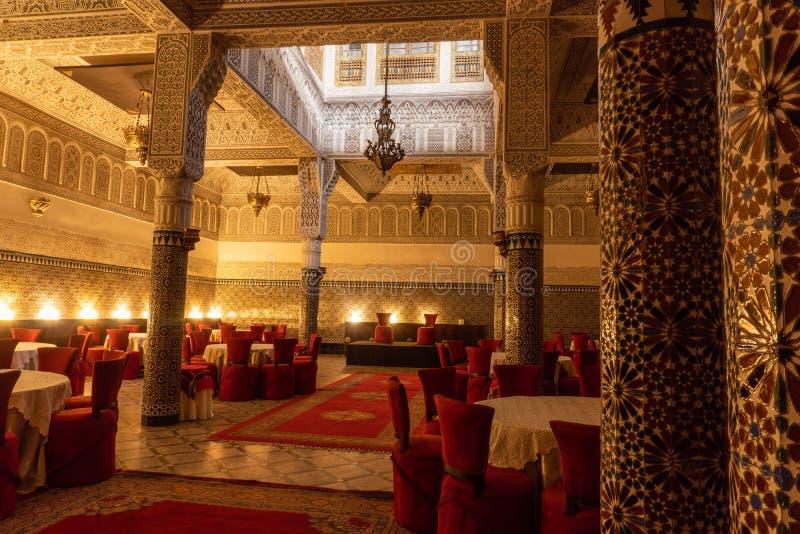 MARRAKESH, MAROKKO - JAN 2019: marokkanische Architektur traditionelles arabisches Design - Große schöne Halle für große lizenzfreie stockfotografie
