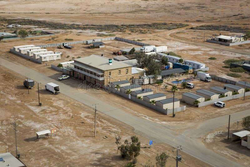 Marre, Austrália, The Marree Hotel Pub Vista aérea no meio do deserto aussie outback, Austrália imagem de stock royalty free