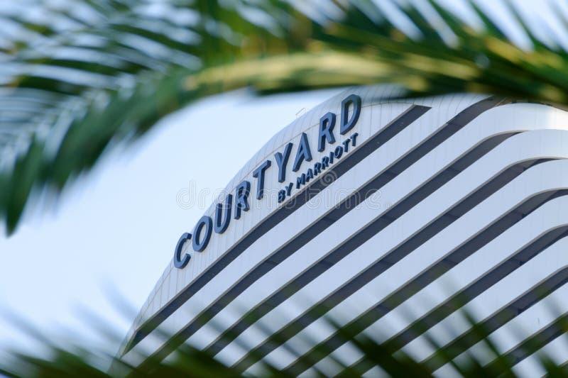 Marriott podwórza znak otaczający palmowymi liśćmi Marriott hotelowy budynek fotografia stock