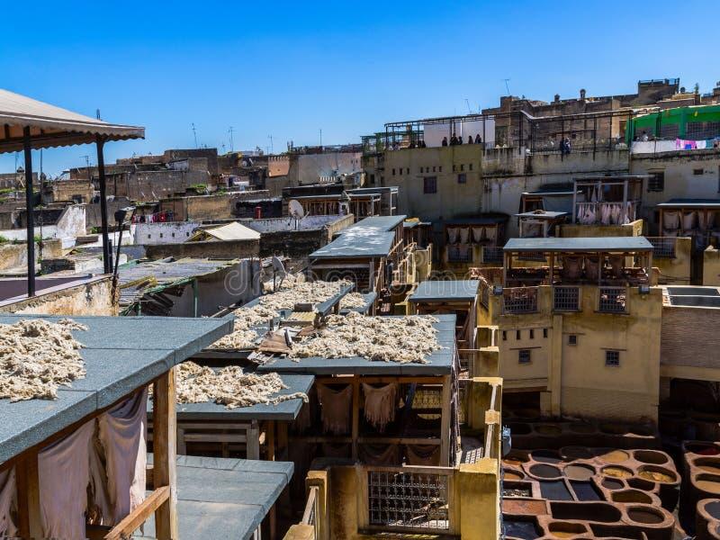 Marrocos, África, fez, dyehouses de couro da cidade do fez imagens de stock royalty free