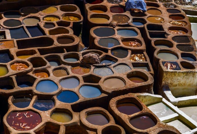 Marrocos, África, fez, dyehouses de couro da cidade do fez imagens de stock