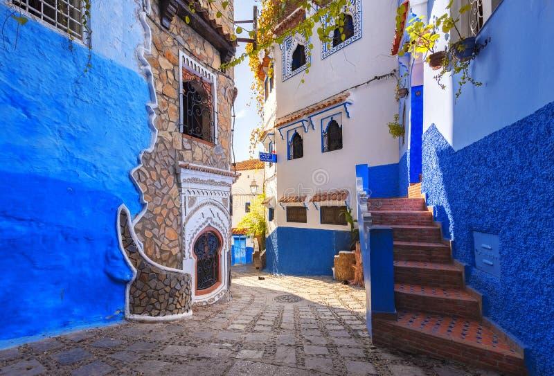 Marrocos é a cidade azul de Chefchaouen, ruas infinitas pintadas na cor azul fotografia de stock royalty free