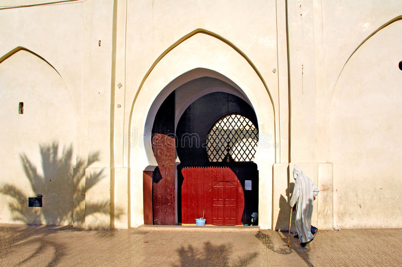 Marrocos, C4marraquexe: Ir à oração fotografia de stock royalty free